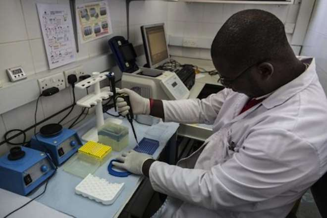 A lab technician works in the viral load room at the Thyolo District hospital in Malawi in November, 2014 ©Marco Longari (AFP)