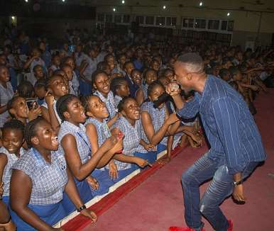 gaise baba entertaining the students at queens college